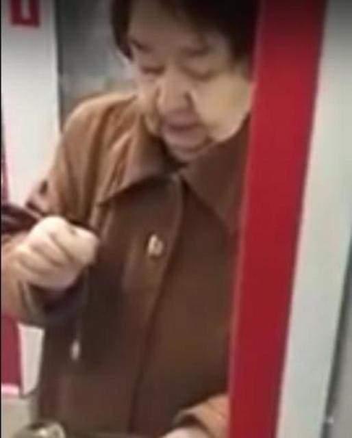 Бабушка в аптеке