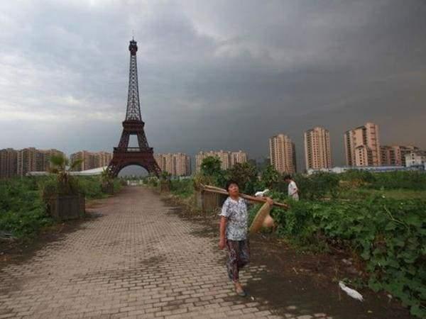 Китайская деревня, с видом на Париж