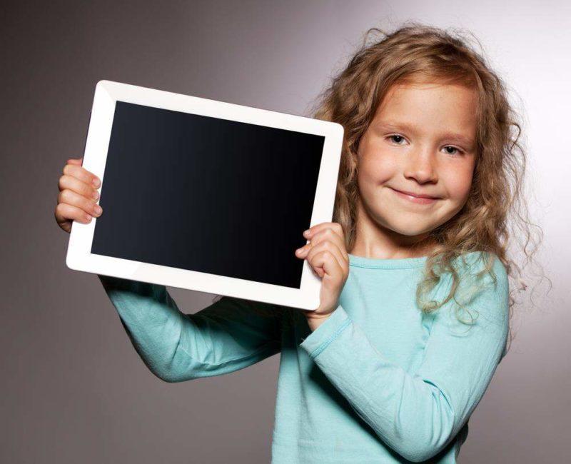Девочка показует планшет