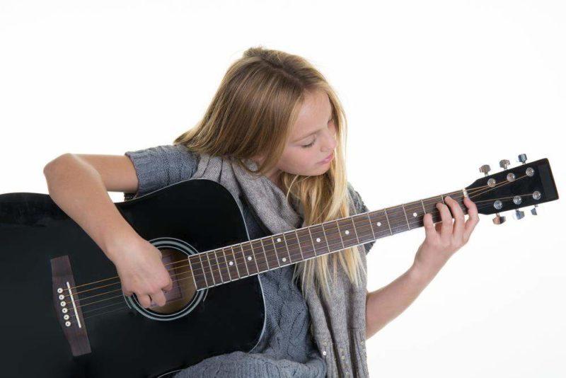 Девочка играет на гитаре